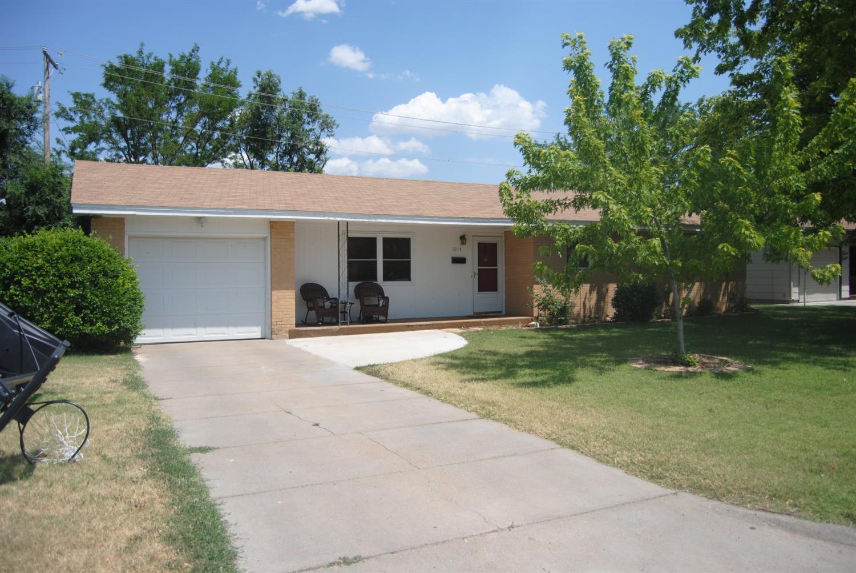 1214 Ridgewood Dr., Garden City, KS 67846