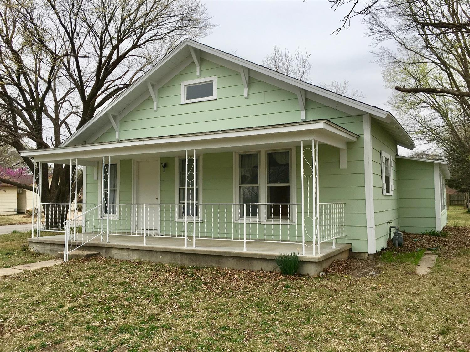 301 E 6th Avenue, Caney, KS 67333