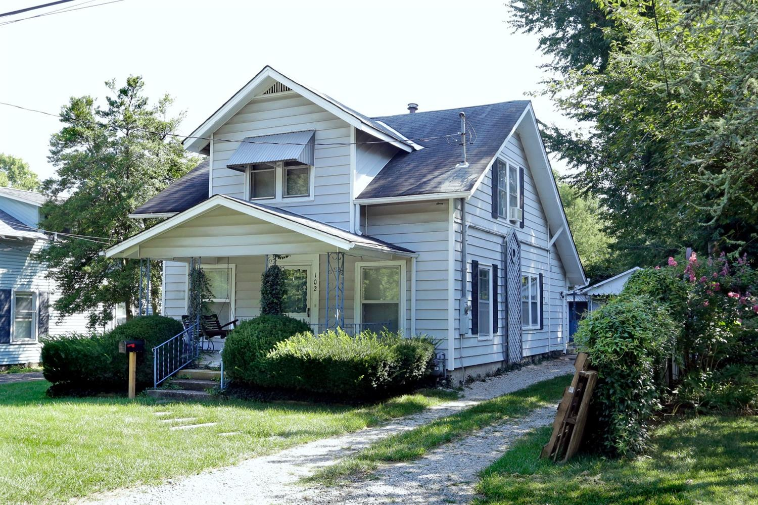 Charm%20and%20character%20in%20this%204Br%201.5%20story.%20Enjoy%20relaxing%20on%20the%20covered%20front%20porch.%20Spacious%20living%20room.%20First%20floor%20bedroom%20could%20be%20used%20as%20dining%20room.%20Efficient%20kitchen%20features%20gas%20range.%20Separate%20utility%20room.%20Loads%20of%20built-in%20storage.%201%20car%20garage%20with%20separate%20room%20that%20makes%20a%20perfect%20workshop%20or%20additional%20storage.%20Convenient%20location%20with%20easy%20access%20to%20downtown%20and%20New%20Circle%20Rd.%20Call%20today%20before%20this%20one%20is%20gone!