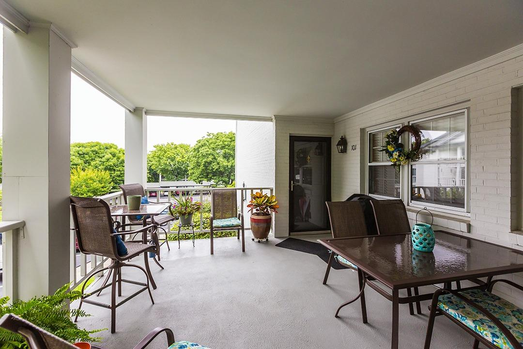 Terrific%20Location;%20%202nd%20floor%20unit;%209%20steps%20from%20the%20sidewalk%20to%20the%20unit;%20The%20condo%20has%20great%20views%20from%20the%20front%20porch%20and%20sunroom;%20The%20Kitchen%20has%20solid%20surface%20counter-tops%20with%20an%20under-mount%20sink,%20stainless%20steel%20appliances%20&%20ceramic%20tile%20flooring;%20The%20Living%20Room%20has%20wood%20flooring%20&%20can%20lights;%20The%20Dining%20Room%20has%20wood%20flooring%20&%20a%20tray%20ceiling;%20The%20Master%20Bedroom%20has%20carpet%20&%20the%20master%20bath%20has%20a%20large%20vanity,%20walk-in%20tiled%20shower%20&%20ceramic%20tile%20floors;%20The%20Oaks%20is%20a%20gated%20community%20with%20a%20heated%20salt-water%20pool,%20tennis%20courts%20and%20club%20house;%20All%20exterior%20maintenance%20is%20covered%20through%20the%20Association;%20The%20sewer%20bill%20for%20the%20unit%20is%20$4.50%20a%20month%20&%20the%20HOA%20dues%20covers%20the%20water%20bill;%20There%20is%20no%20lot%20size.%20You%20have%20easy%20access%20to%20shopping,%20restaurants%20and%20downtown.%20The%20Sellers%20are%20Greg%20Backs%20(Listing%20Agent)%20Aunt%20&%20Uncle.%20%20The%20Sellers%20will%20not%20agree%20to%20pay%20closing%20cost%20or%20pre-paid%20items%20for%20Buyer(s).%20%20The%20Oaks%20is%20not%20approved%20for%20VA%20or%20FHA%20financing.