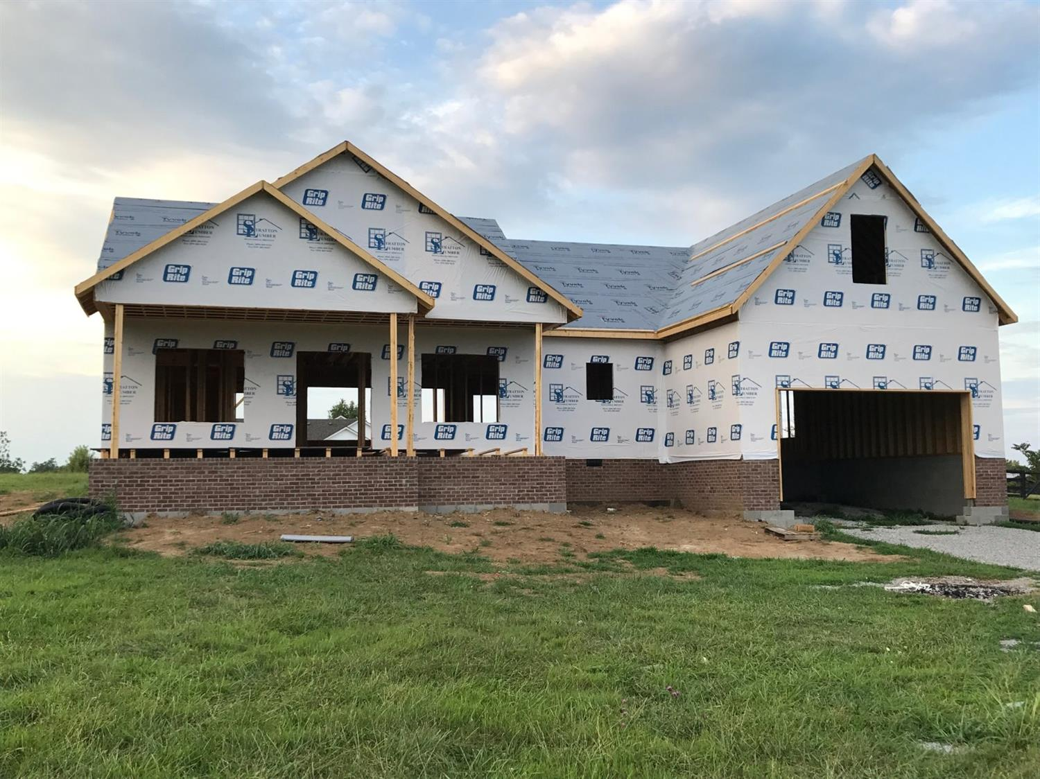 Custom%20built%20home%20by%20Johnson%20Builders%20on%20a%201+%20acre%20lot,%20featuring%203%20bedrooms,%202.5%20baths,%20additional%20unfinished%20bonus%20room,%20hardwood%20floors,%20granite,%20tile%20backsplash,%20master%20bedroom%20with%20treyed%20ceiling%20&%20master%20bath%20with%20tile%20shower%20&%20jacuzzi%20tub.%20Covered%20porch%20entry%20and%20covered%20rear%20patio.