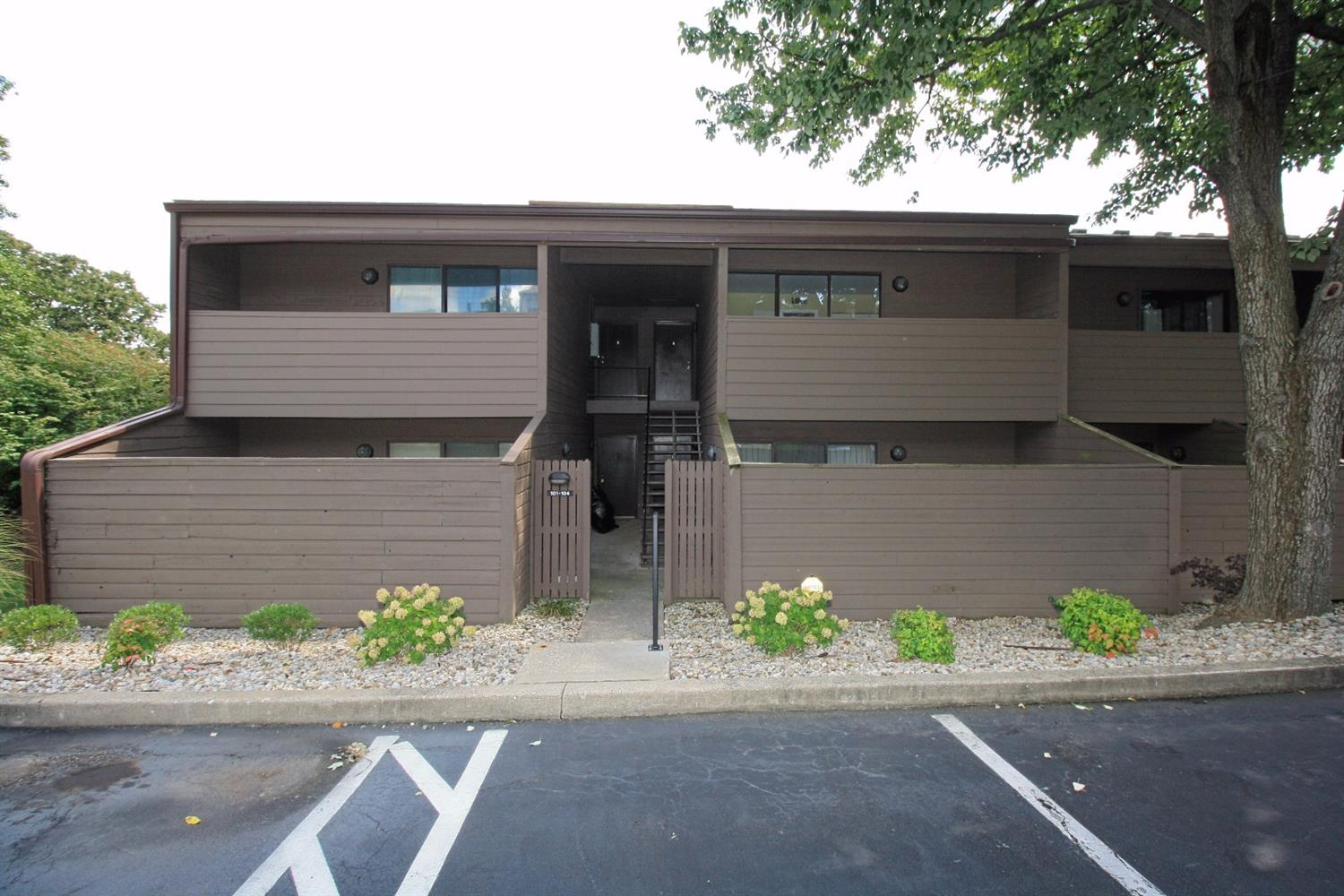 Fantastic%20location%20close%20to%20University%20of%20Kentucky,%20downtown%20Lexington%20and%20quick%20access%20to%20major%20roads.%20%20Perfect%20unit%20for%20a%20student,%20graduate%20resident,%20young%20professional%20or%20downsizing%20couple%20or%20individuals.%20This%20totally%20remodeled%201%20bedroom%20and%201%20bath%20condo%20unit%20is%20ready%20to%20move%20into.%20%20Seller%20has%20completely%20renovated%20kitchen%20with%20new%20cabinets,%20granite%20countertops,%20new%20stainless%20steal%20appliances%20and%20a%20fresh%20coat%20of%20interior%20paint.%20%20Beautiful%20wood%20flooring%20that%20is%20allergy%20and%20pet%20friendly.%20Enjoy%20private%20balconies%20off%20bedroom%20and%20family%20room%20which%20has%20a%20tree%20lined%20area.%20%20Just%20a%20walk%20across%20parking%20lot%20to%20private%20clubhouse,%20pool%20and%20laundry%20facility.%20%20Just%20minutes%20from%20UK,%20shopping,%20downtown%20events%20and%20entertainment.