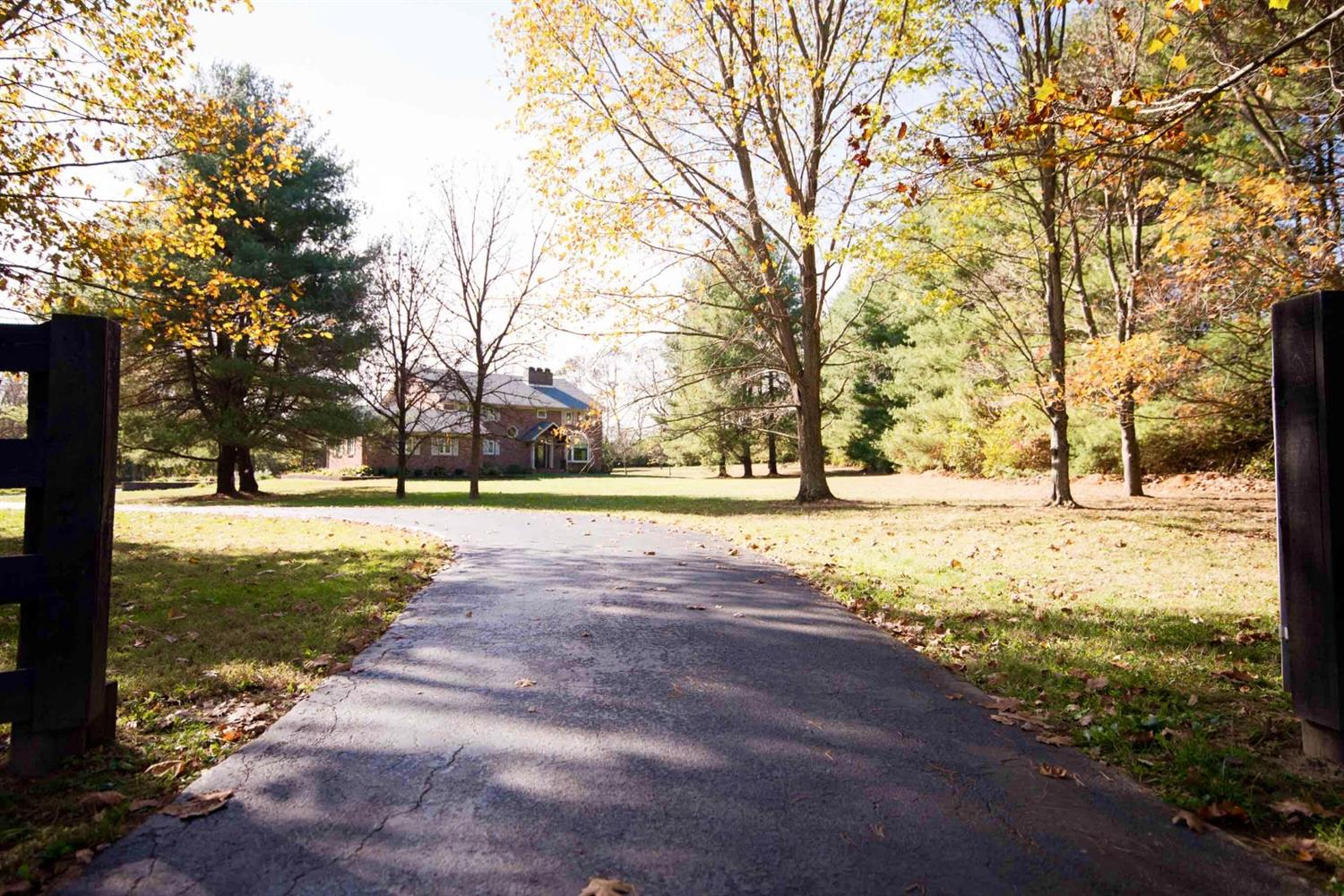Home For Sale at 100 Woodridge Dr, Nicholasville, KY 40356