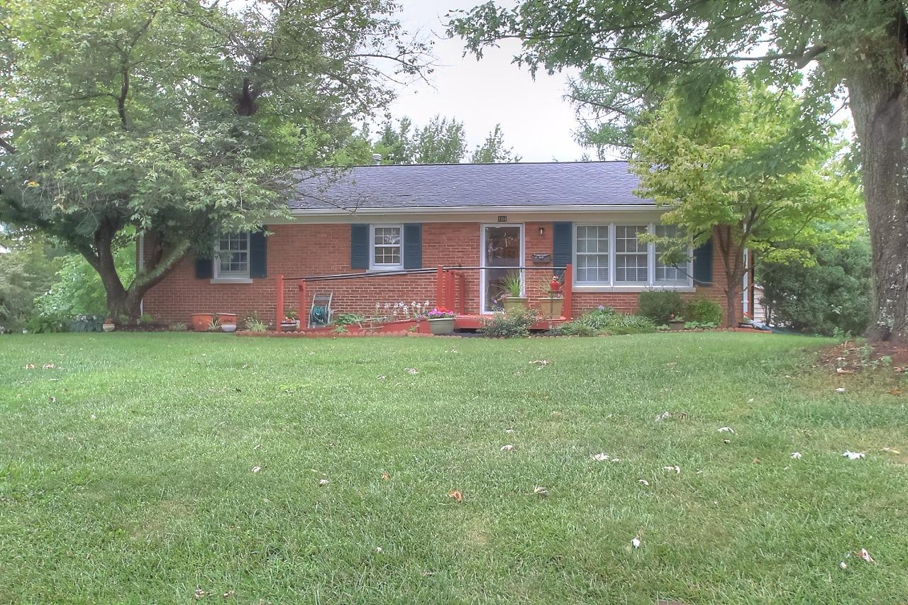 Super%20cute%20Ranch%20on%20a%20walk%20out%20basement.%20Kitchen%20is%20updated%20and%20has%20stainless%20steel%20appliances.%20Very%20nice%20hardwood%20floors%20on%20the%20first%20floor.%20Detached%202%20car%20garage%20with%20enclosed%20breezeway%20to%20the%20home.%20Private%20deck%20that%20has%20just%20been%20refinished.