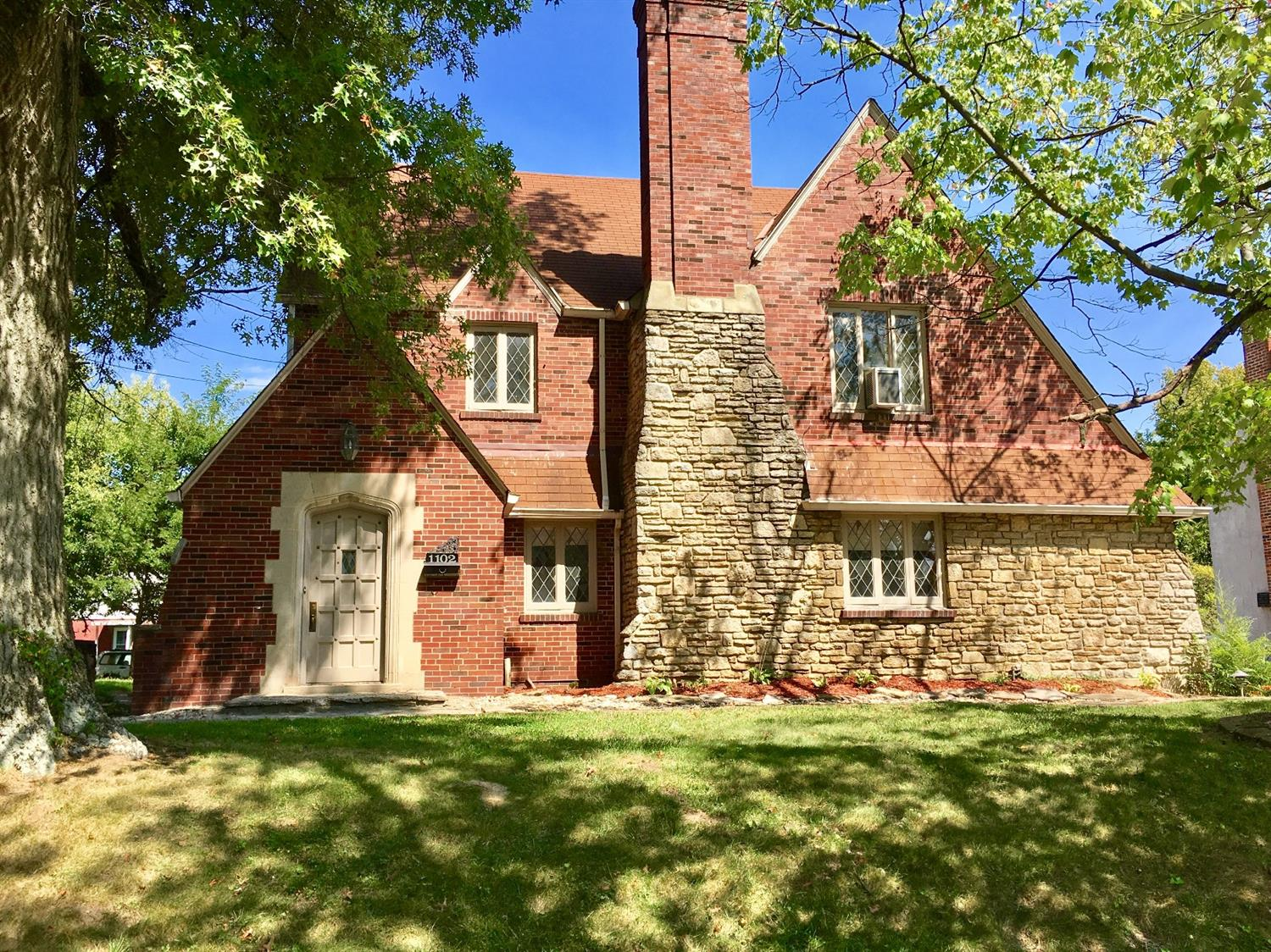 Beautiful English tudor on cul-de-sac sitting in the heart of Paddock Hills. Gorgeous wood build-ins, fireplace and large bedrooms. Updated stainless steel appliances, swimming pool, large living room with beautiful build in storage and wonderful fireplace and other great amenities. Hurry, won't last long!