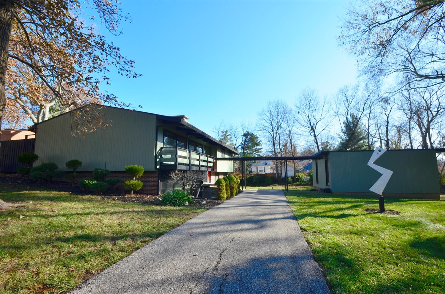 Street View.  Rudy Hermes designed and built 10 of the 12 midcentury modern homes on this cul-de-sac.