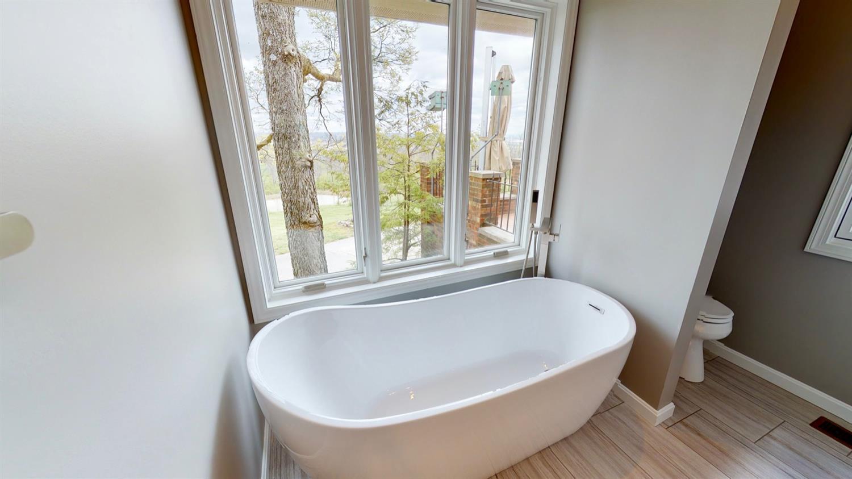 Relaxation tub in Master Bathroom