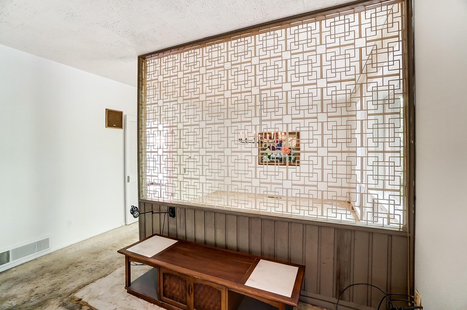 A screened partition wall separates the dining area.