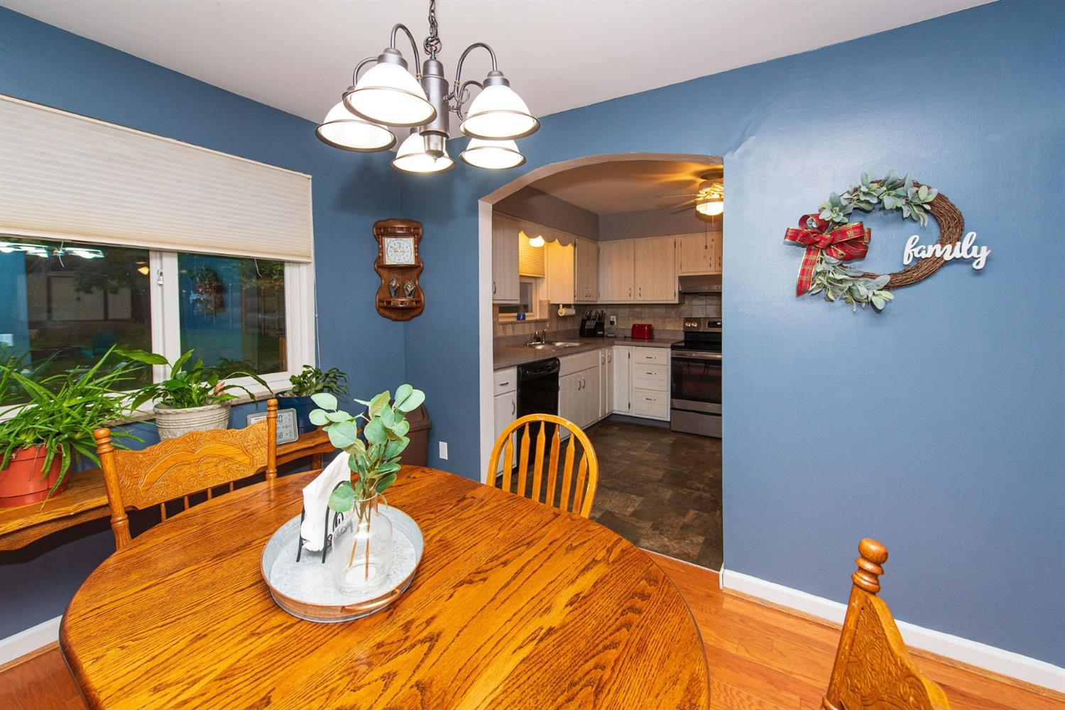 Formal dining off living room and kitchen area. Pergo hardwood. Nice view of flat backyard.