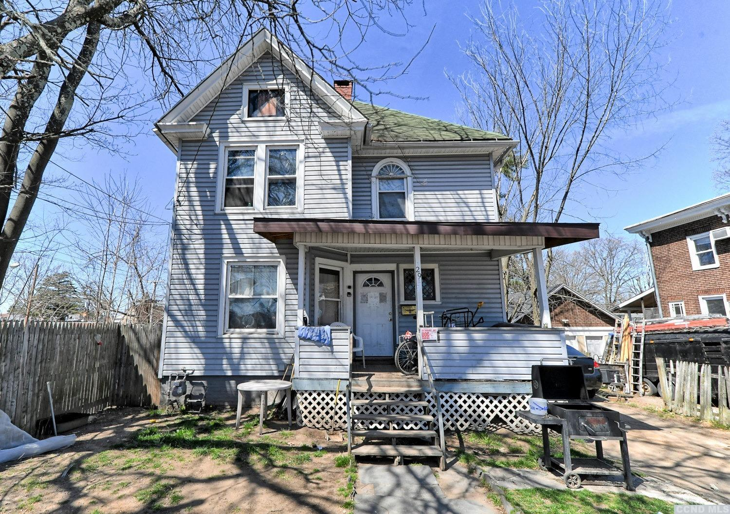A 3 Bedroom, 1 Bath Two Story Home in the Heart of Kingston! The home has a living room, a kitchen, a dining room, 3 bedrooms, 1 full bath, and a walk-up attic. There's a front covered porch and a fenced backyard. Please view our 3D virtual tour of the home.