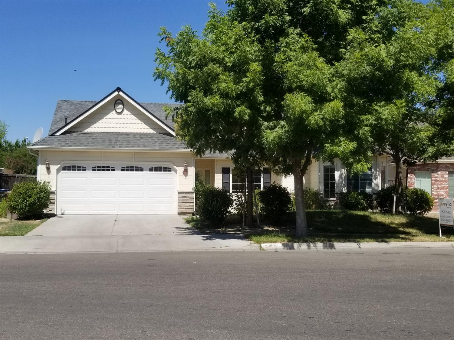 Great location the property include 3 bedrooms 2 baths, living area 1684 sq ft. Seller is wanting to sell property so bring clients and make an offer