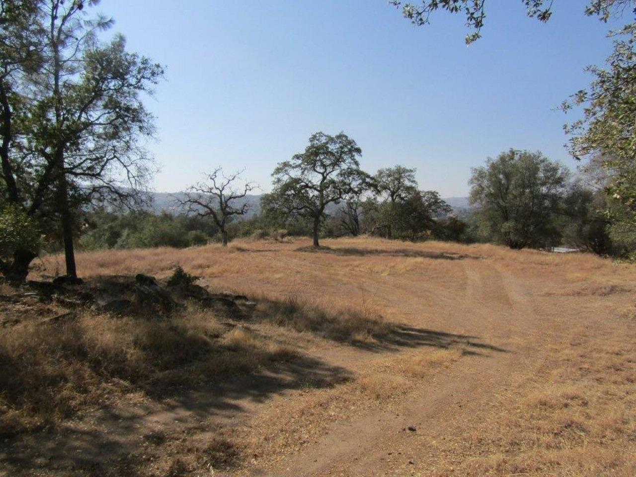 Ready to build 7.85+/- acres with pad, driveway and survey already to go. The pad is large and has nice views. Bring your horses. Yosemite Lakes Park offers community golf course, swimming pool, tennis court, equestrian center, club house, restaurants and more. Priced to sell!