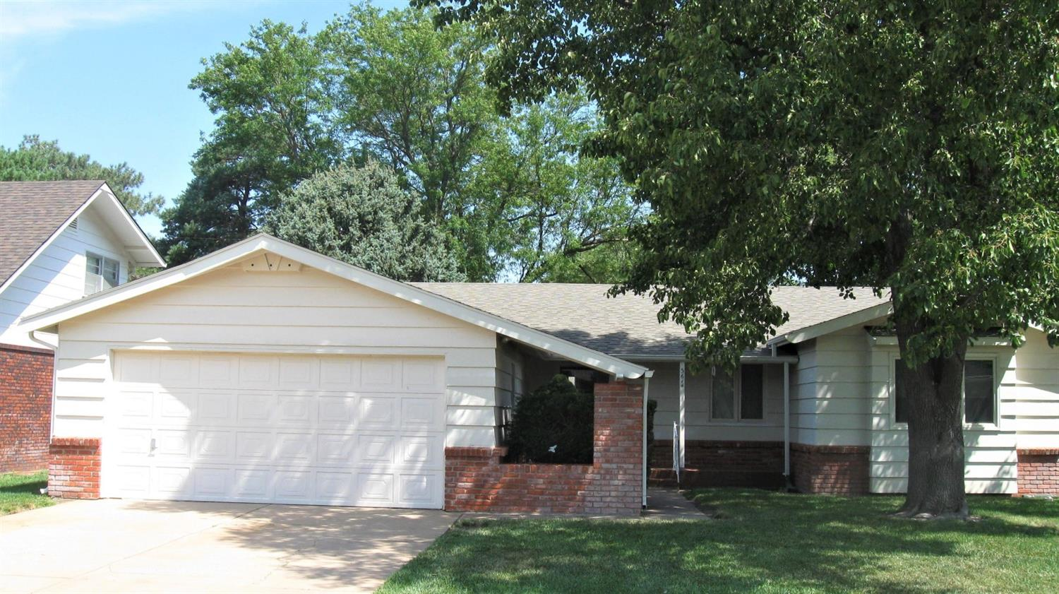 Spacious home with almost 1900 sq. ft. on 1 level. Eat in kitchen & formal dining room. Master bedroom & bath has separate tub & shower plus extra wide doors. Large Closets! CH/CA combo unit new in 2014. Double attached garage. IR Malarkey Roof 6/19.