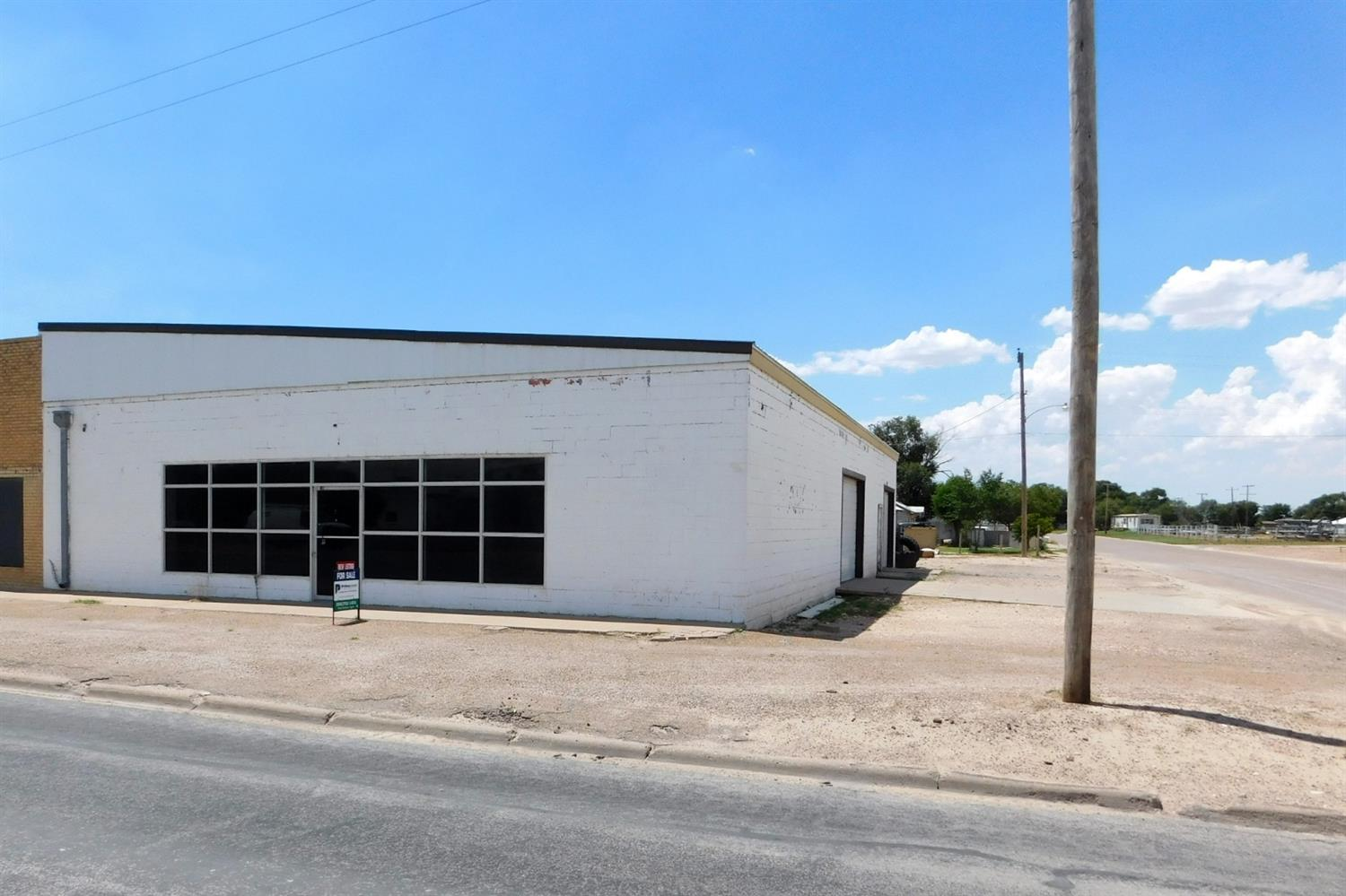 4000 square foot commercial building with open floor plan. Large span of free space, heating unit, office space, 2 overhead doors, glass storefront and bathroom. Corner lot on a major thoroughfare!