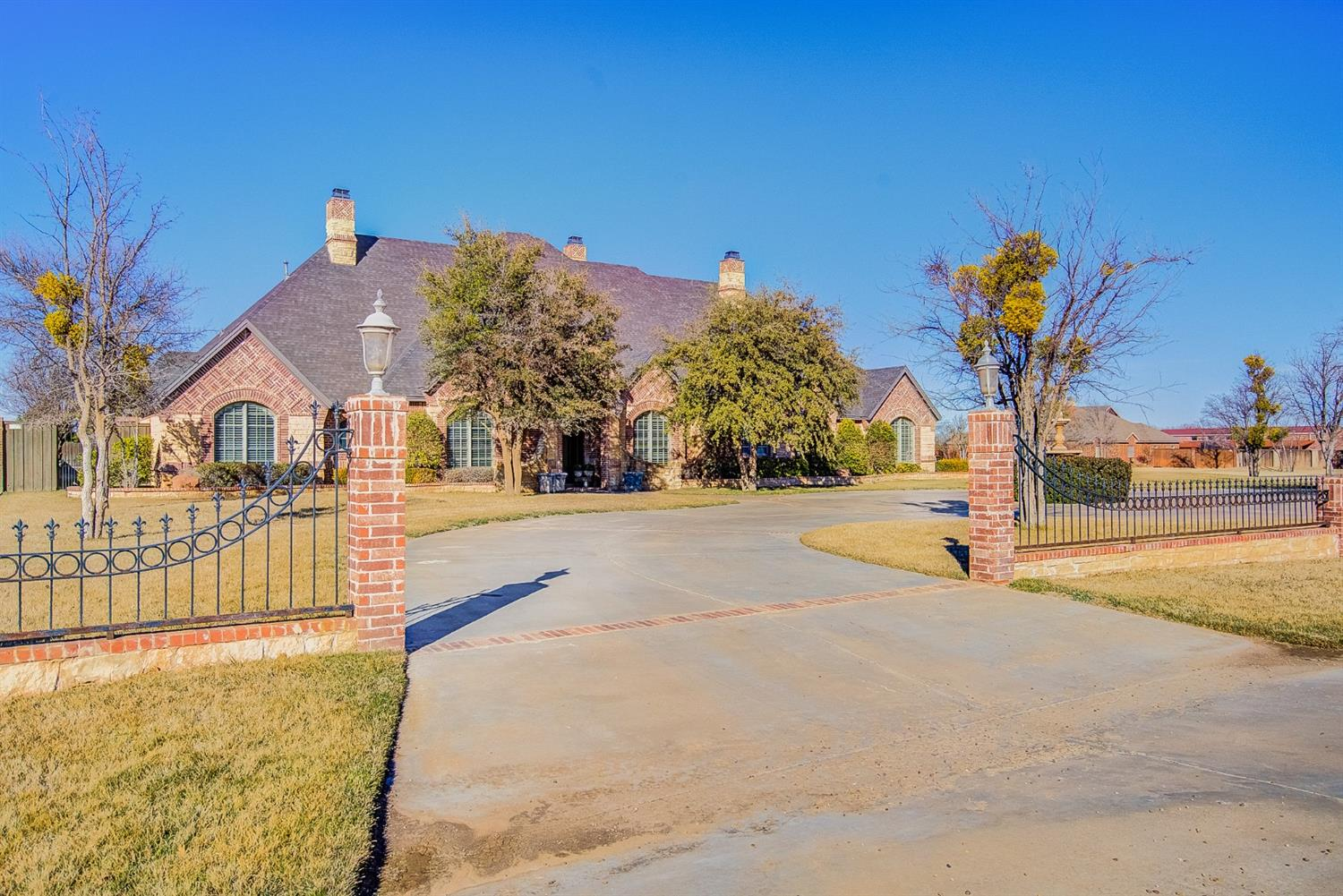 Great Highland Oaks property. 5 bedrooms, 6 baths, 2 kitchens with home and guest house. Over 1 acre lot. Surround sound throughout home. Pool (gunite and automatic cover). Mature landscaping, shop/garage that is heated and cooled. 3 wells with ample water.