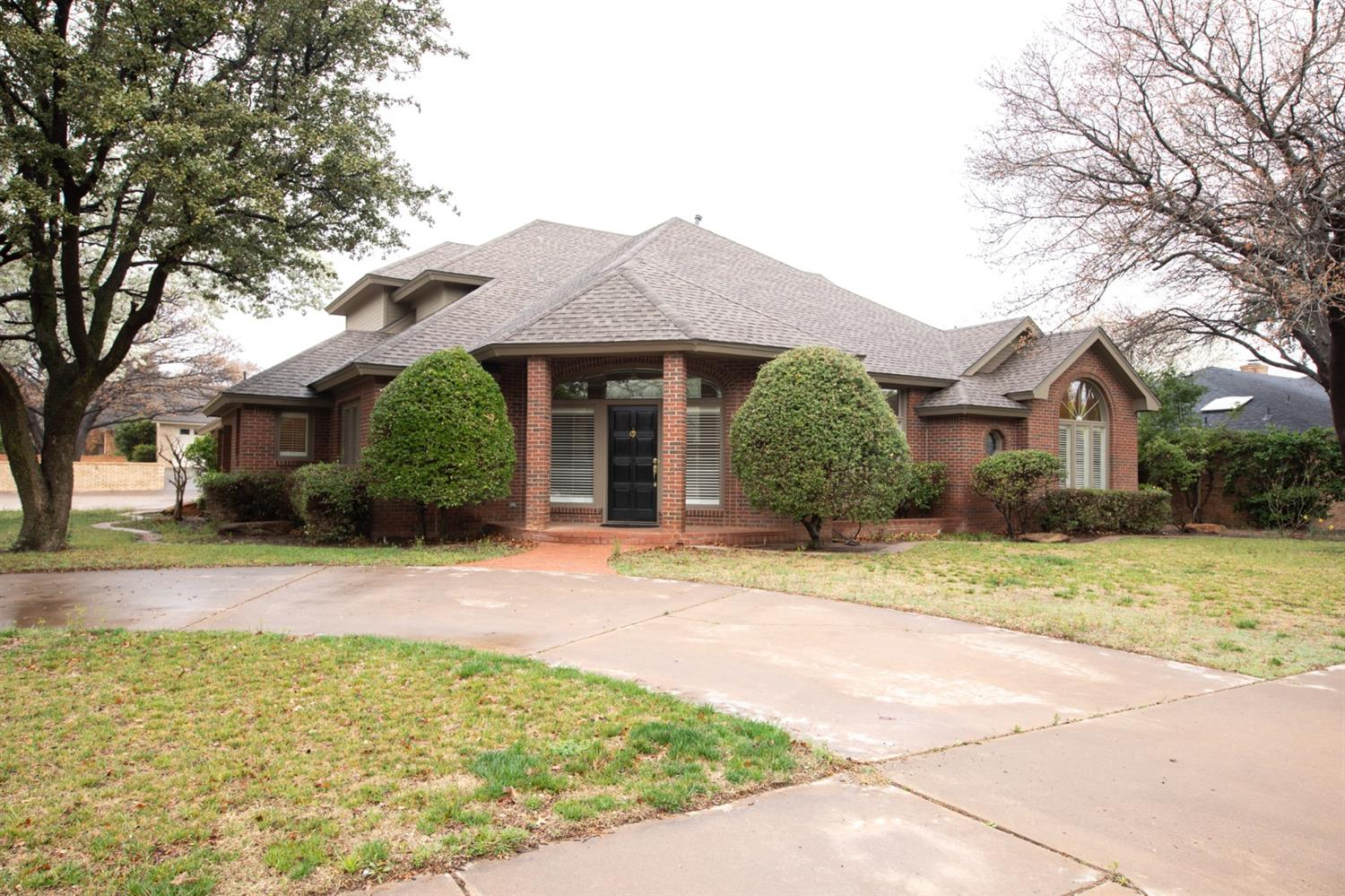 Located in Kingsgate on corner lot! Spacious 3 bedroom, 4 bath home with 2 living areas, 2 dining areas, large isolated master retreat with luxury bath, abundance of storage throughout, 3 car garage and much more. Priced to sell! A must see!