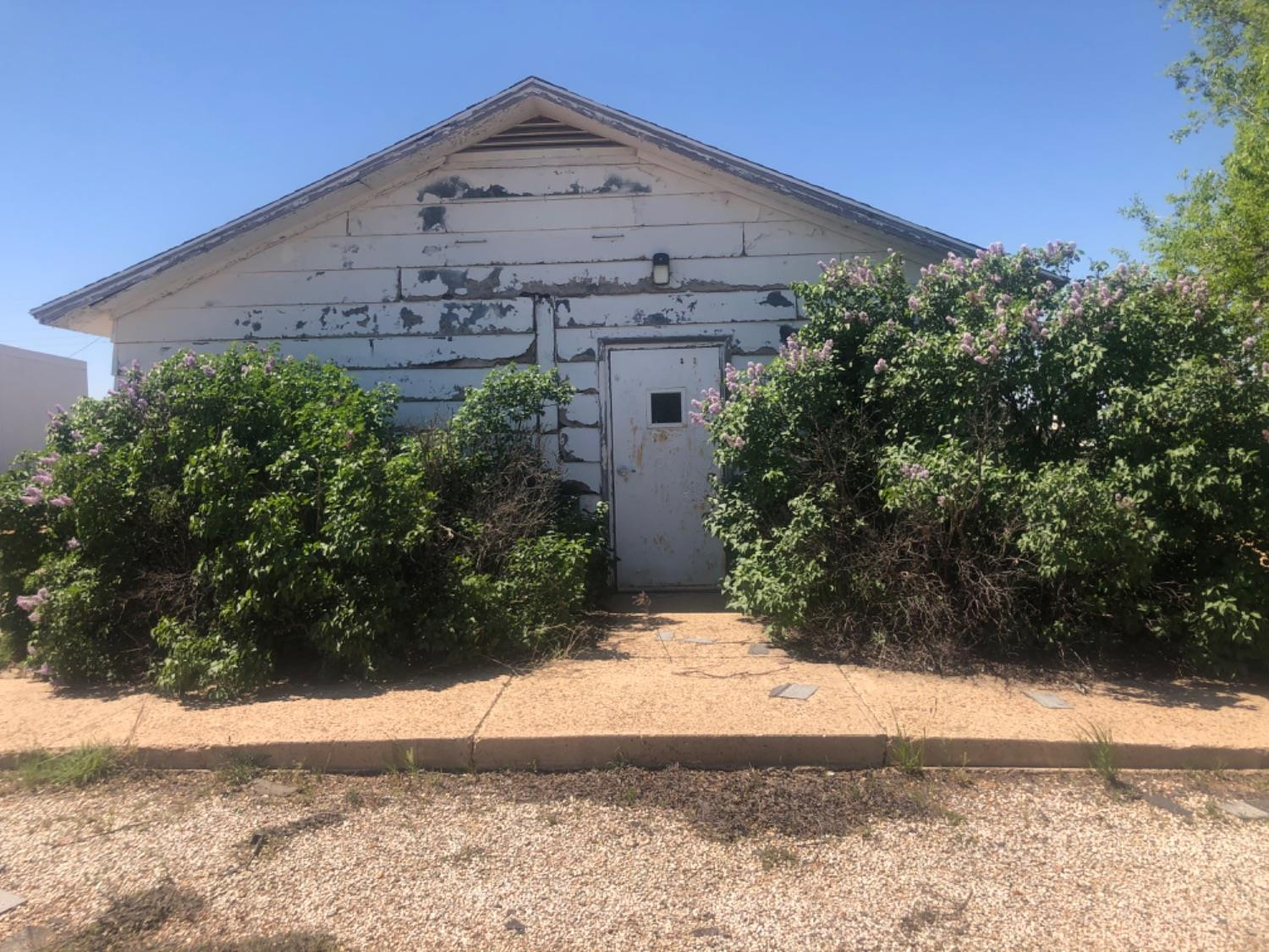 Former Post Office in McAdoo, TX could be used as an office, flex space or renovating it into whatever you can dream (as per Zoning rules). With some TLC, a handyman could make this building useful again. Cash buyer preferred.