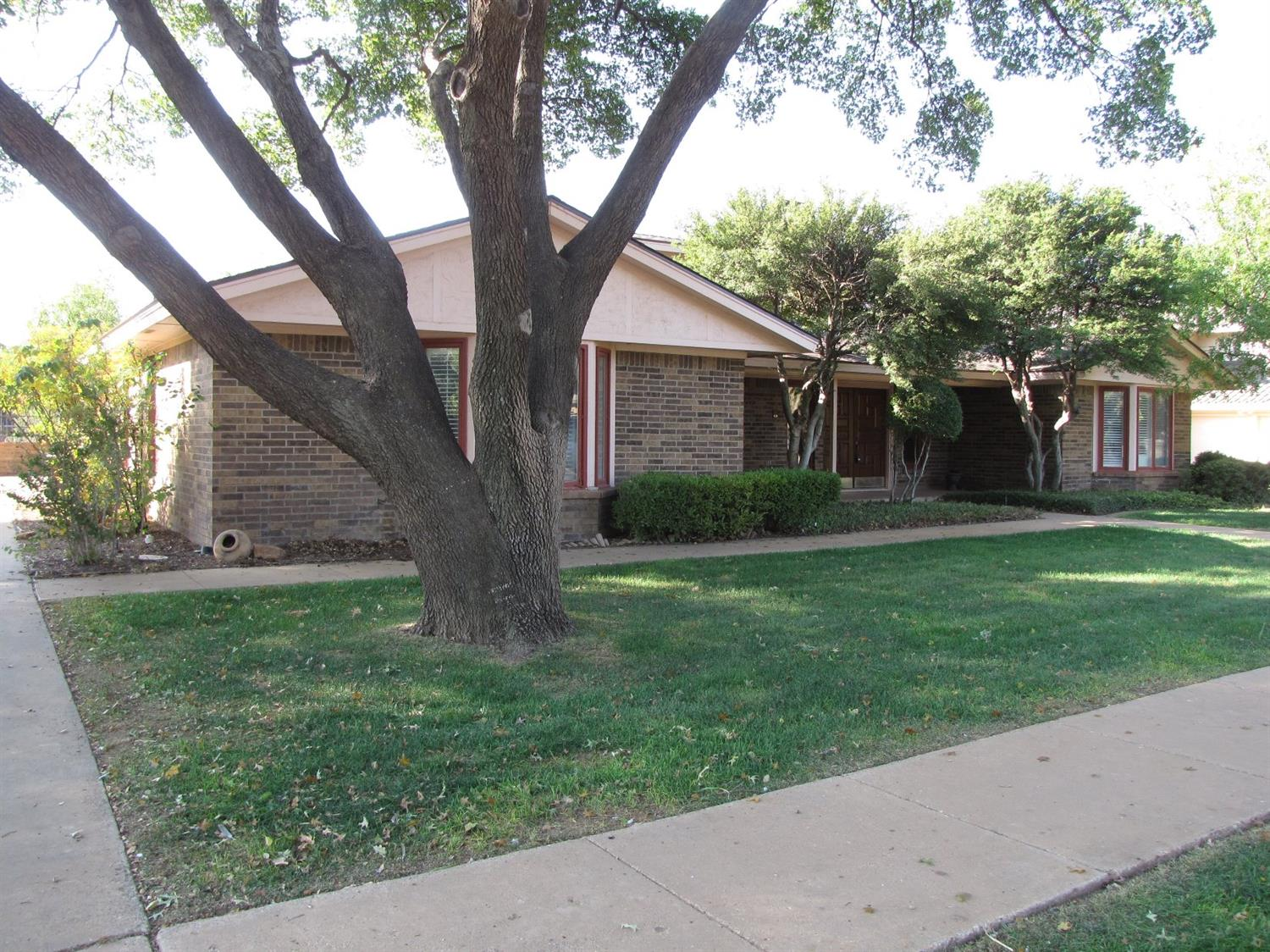 Perfect size, single level home on the golf course.  No HOA, new roof 2018, new water heater 2019, new A/C 2019, new sprinkler 2019, new kitchen appliances, partial renovations (bathrooms/kitchen tile)-4 years old.  Walk to the club.  Low LISD taxes, established, quiet neighborhood, fenced, small backyard (wrought iron and brick), don't miss the New Tub in Master!!  Location, size, and price.  Come take a look.  Thanks.  Club membership optional.