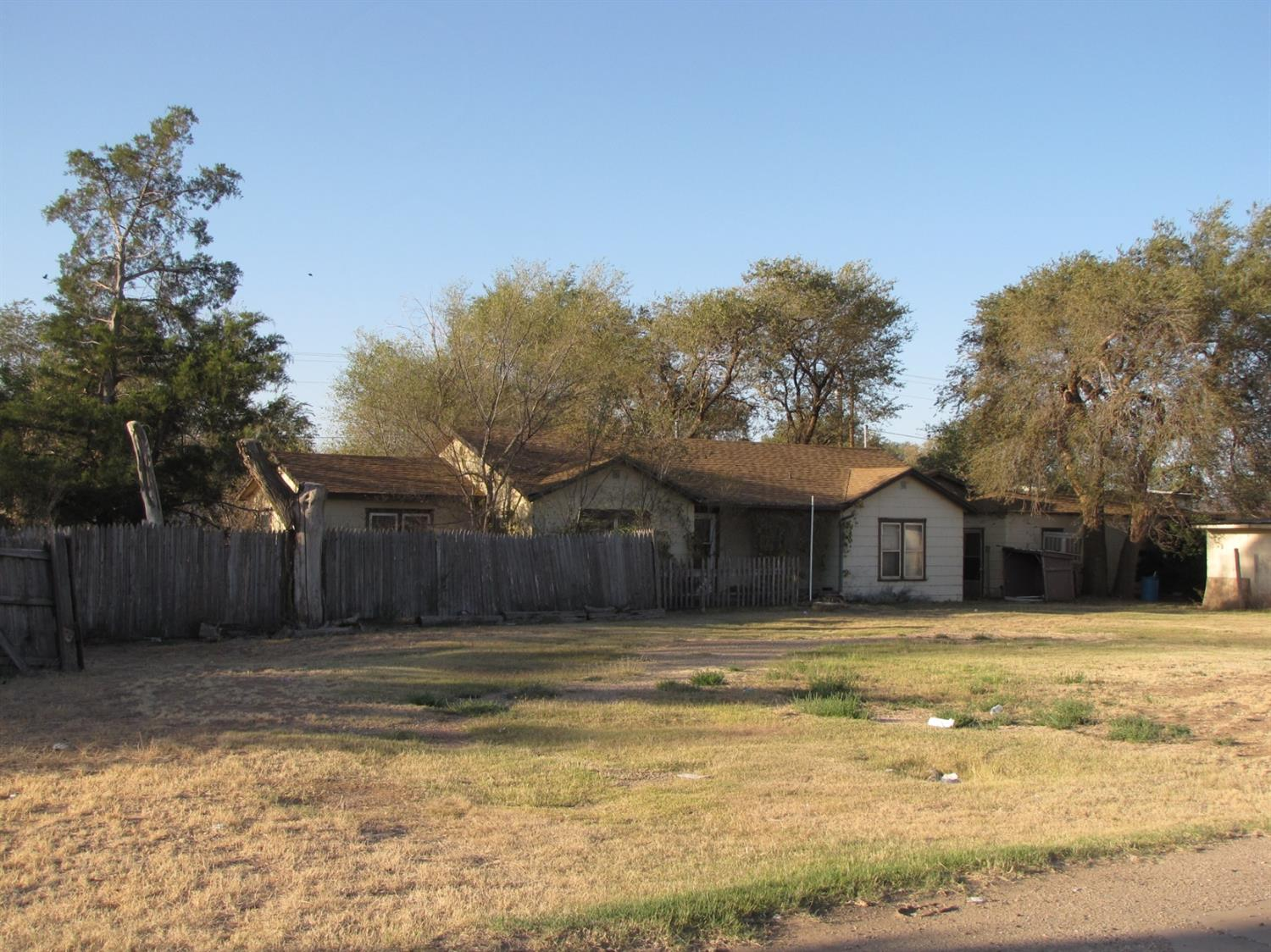 Great location on this 2.5 ac C4 zoned property.  Has a house and several buildings on it. Over 15,000 vehicles pass by every day. Corner lot of 19th St and Yuma. Clear the lot and put your business here.