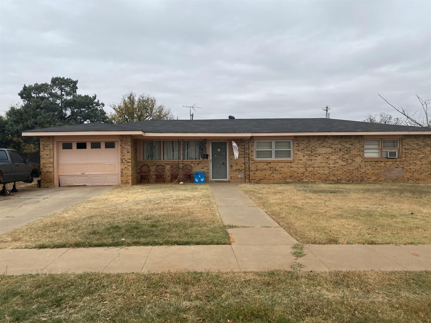 This home is conveniently nestled in central Brownfield near schools and shopping center. Has 3 large bedrooms, with utility area in second bathroom. Two living areas and a large office.
