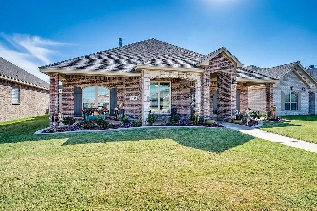 Great 4/2/2 in North Pointe.  Well taken care of home with great colors and flooring.  Plantation shutters and extended back patio.  Beautiful yard and landscaping.