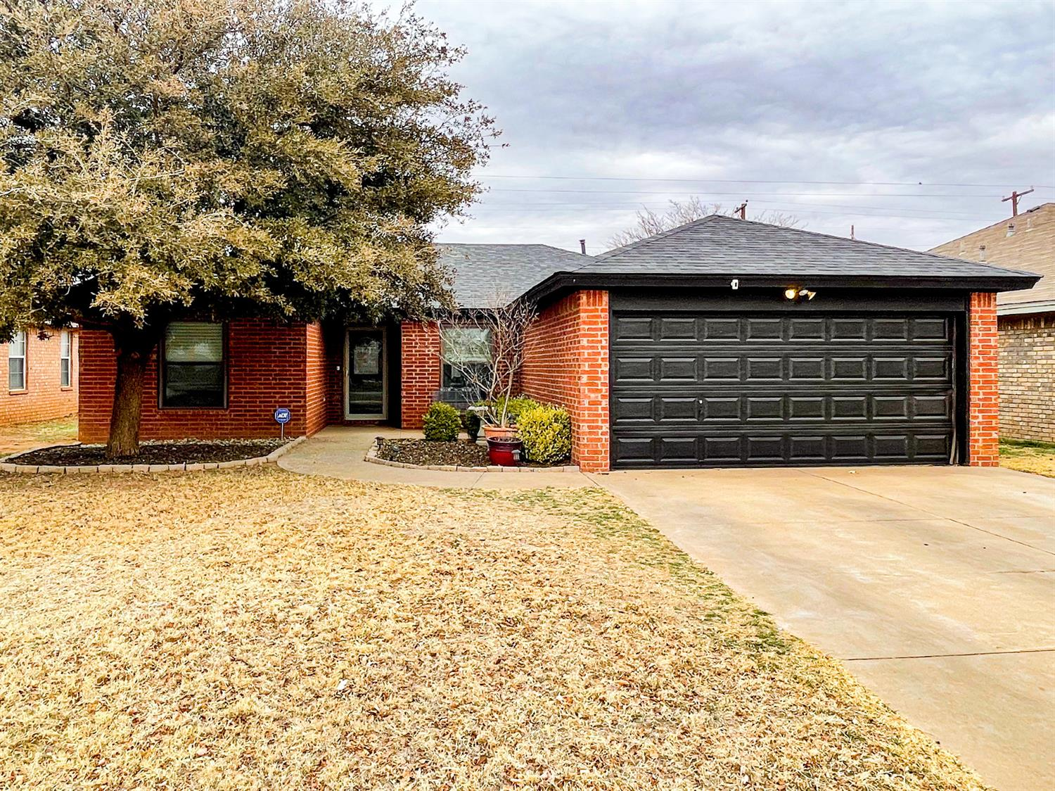 This inviting 3/2/2 single family home is on a quiet double cul-de-sac. Enjoy an open concept with an isolated master bedroom. The spacious living room features a corner fireplace and special ceiling. Roberts Elementary and neighborhood park are just minutes away.