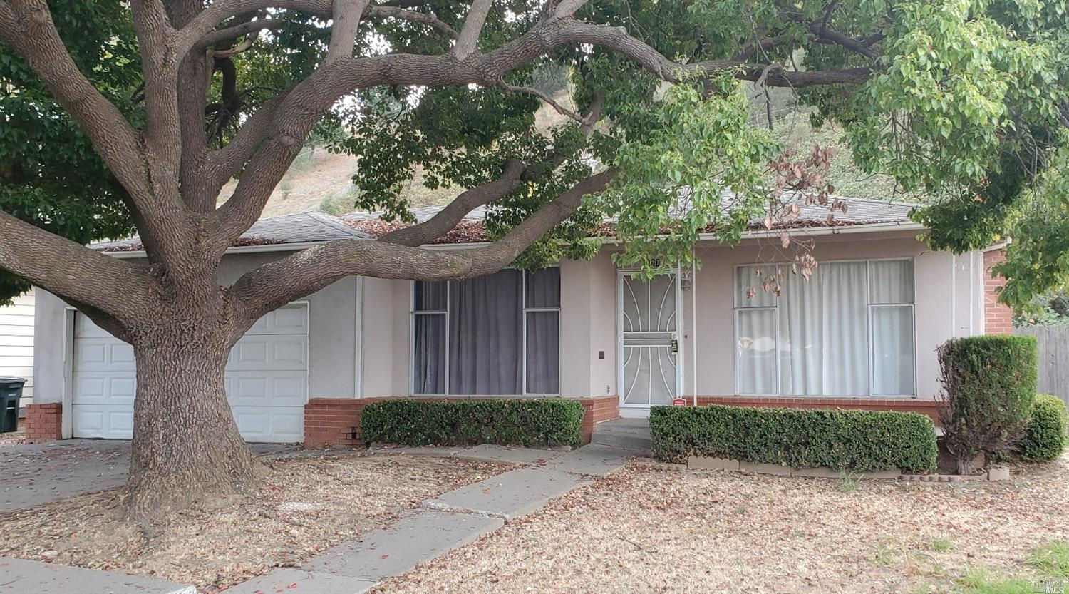 Flosden Acres fixer. This 3bed/2bath is ready to be refreshed and renewed for your next home. No rea