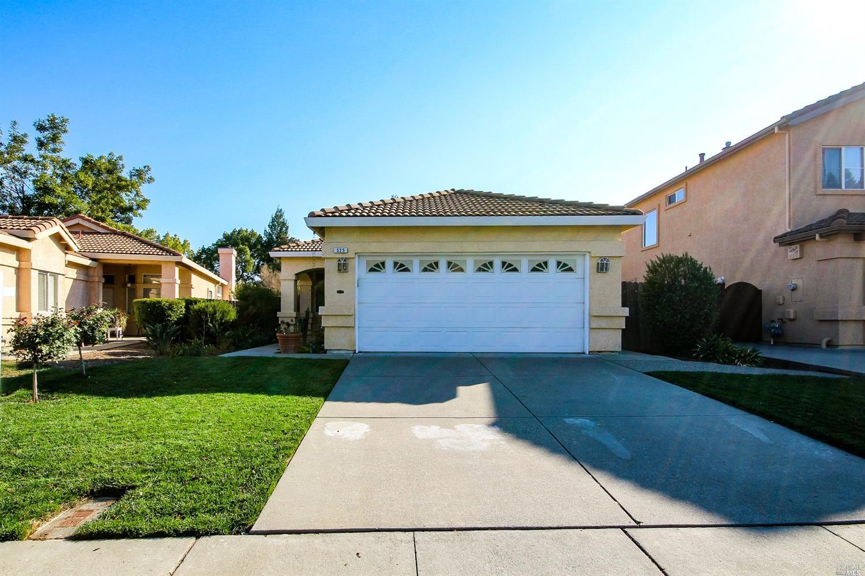 Oakview SINGLE STORY! Stucco exterior, tile roof, Builders model home. Tile front porch to match til