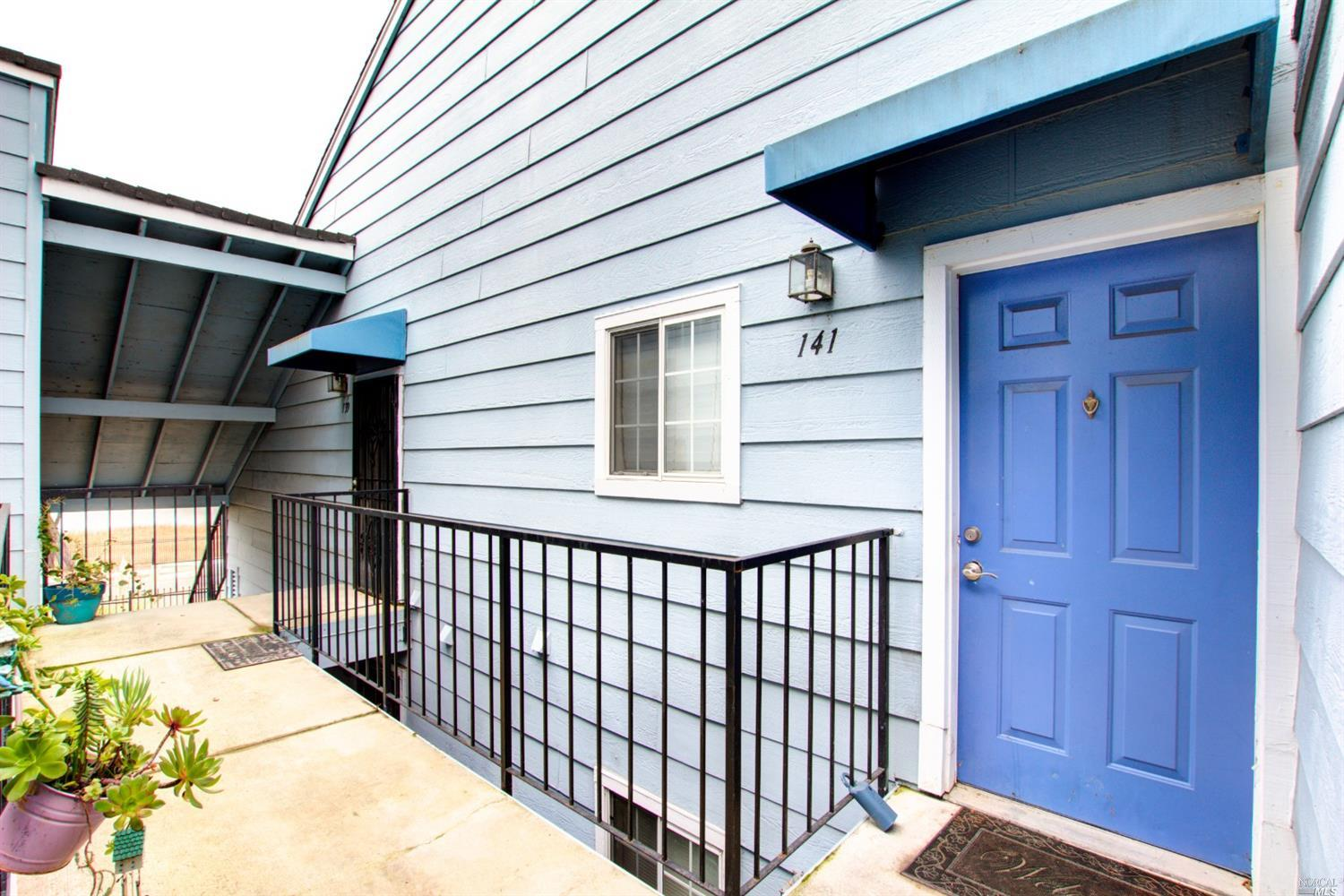 Charming top floor condo. Spacious 2br/2ba with in-unit laundry. Upgrades galore. Recessed lighting.