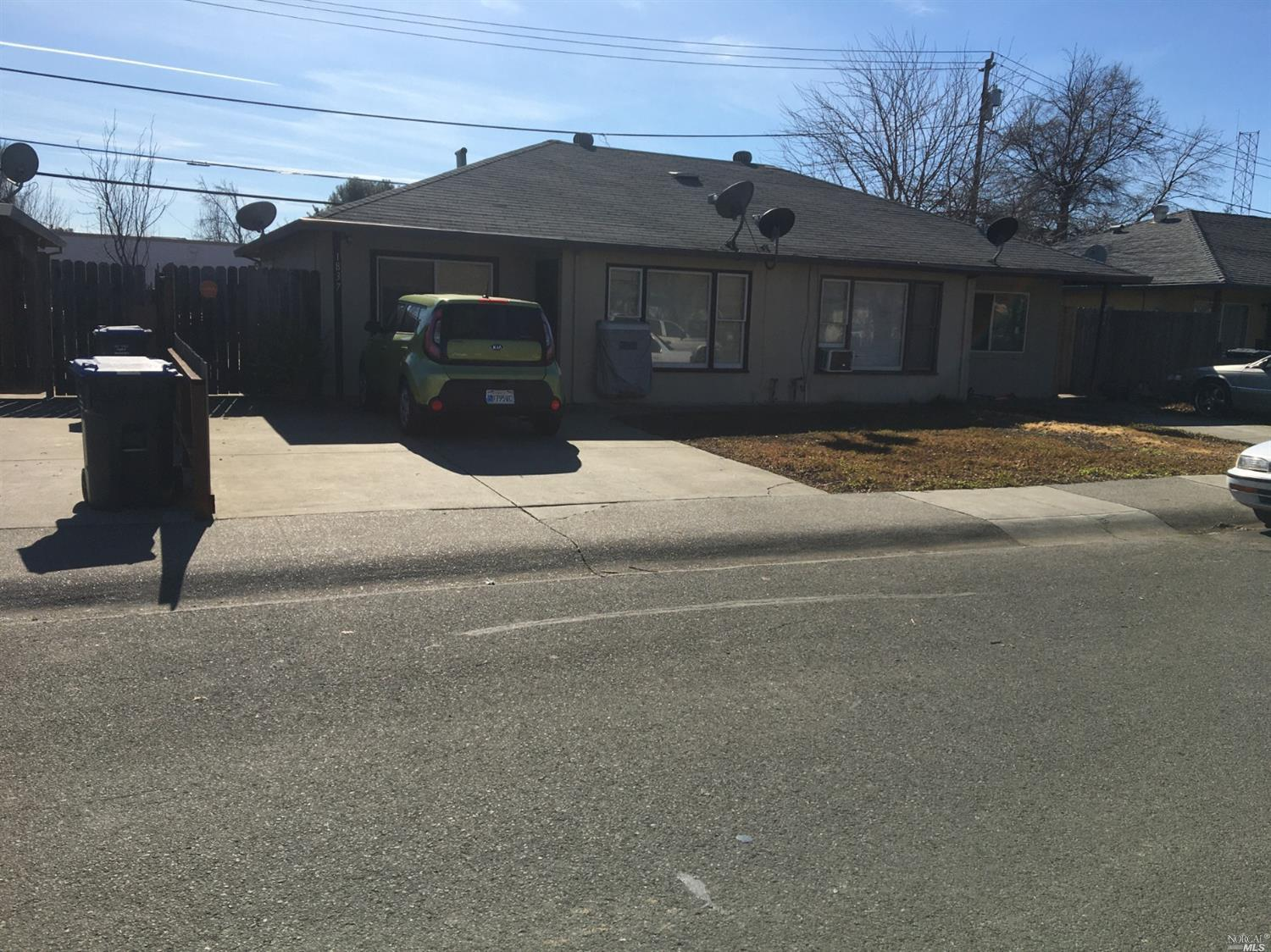 Great duplex, easy access to freeway, downtown and shopping.Great for investor or owner occupant living in one unit and collect rent from second one.