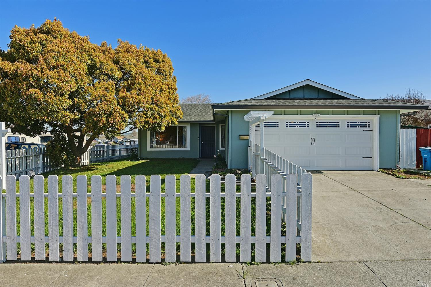 Sunny and Bright house in a Huge Corner lot. 4 Bedrooms and 2 full Bathrooms ready for you to move r