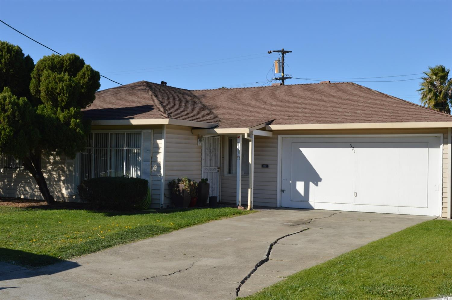 WOW! Now is you chance to own this nice 3 bedroom 1 bath mid century home on large lot. Lots of orig