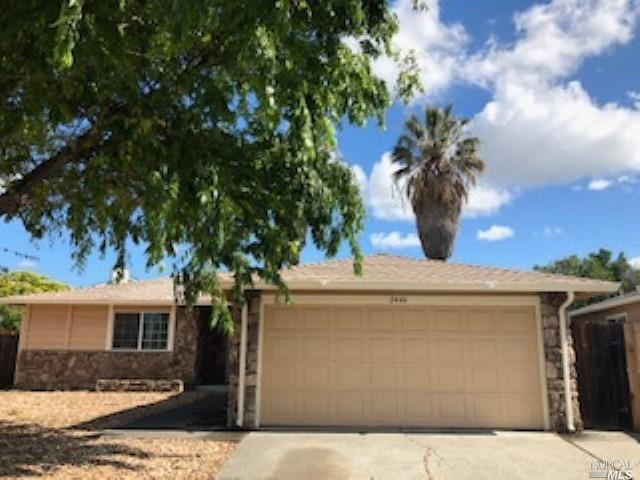GREAT COURT LOCATION. Cozy 1230 sf 3 bdrm, 2 full bath home sits on a large 9583 sf lot with great f