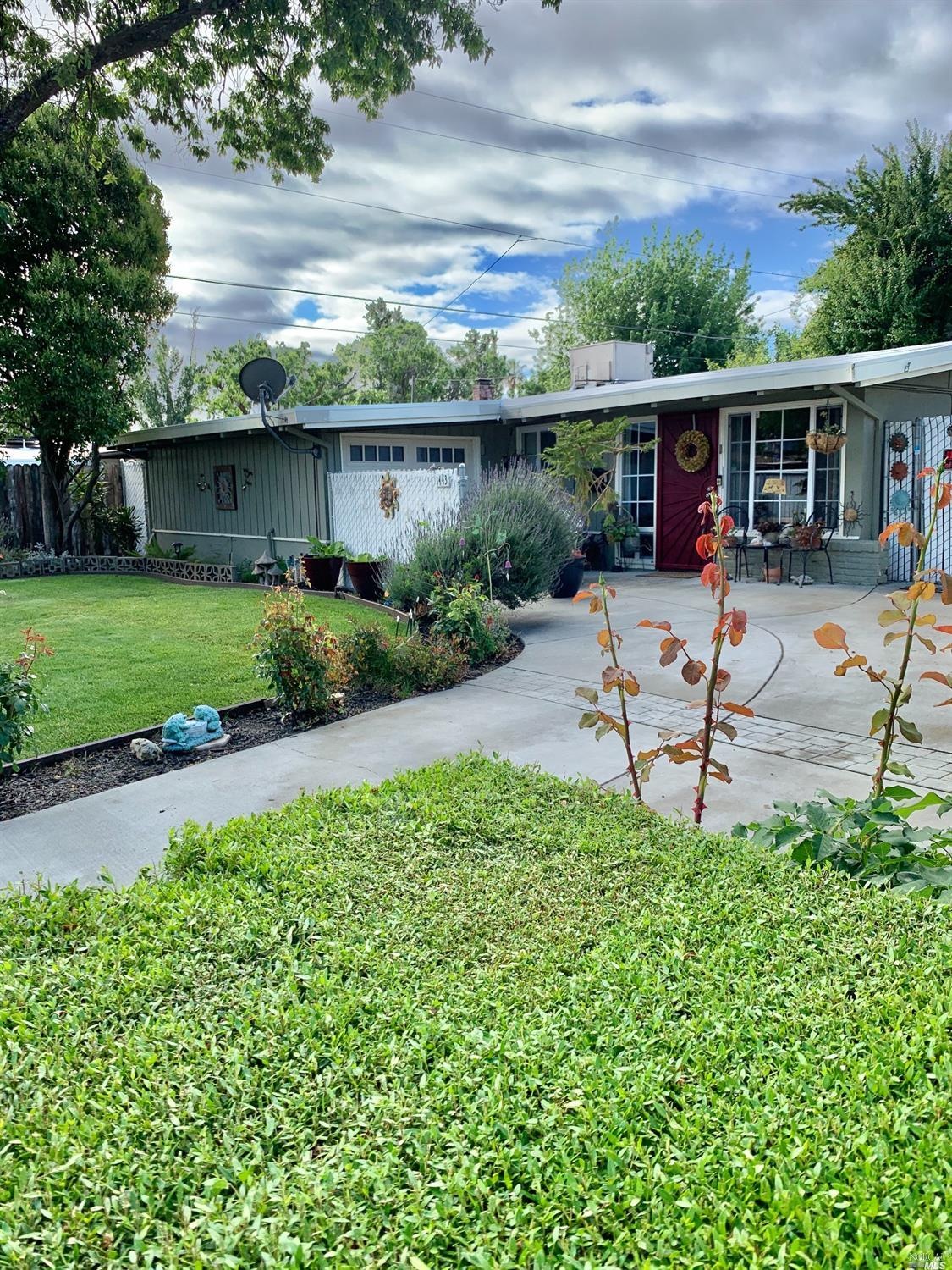 This charming mid century modern home features clean, simple lines, vaulted ceilings, spacious commo