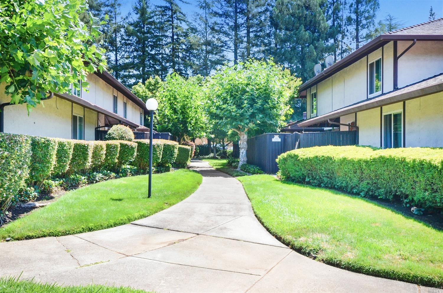 Lovely North Napa condo located in a well maintained complex with a cool mid century vibe to it. Thi