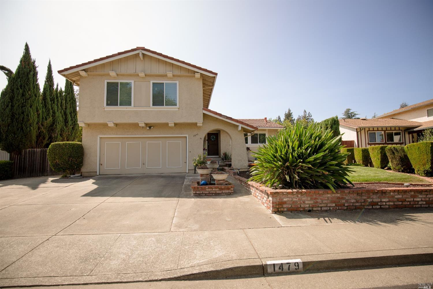 Well maintained home across from Woodcreek Park which is conveniently close to shopping and freeway