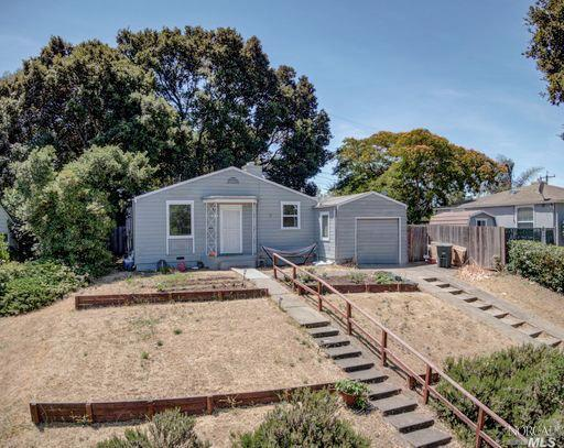 Privacy, serenity & convenience best describe this 3 bedroom home at the end of Mountain View with n