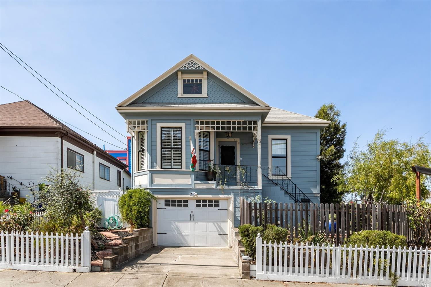 Queen Anne Victorian cottage near downtown Vallejo & Mare Island. Full of charming features, with a