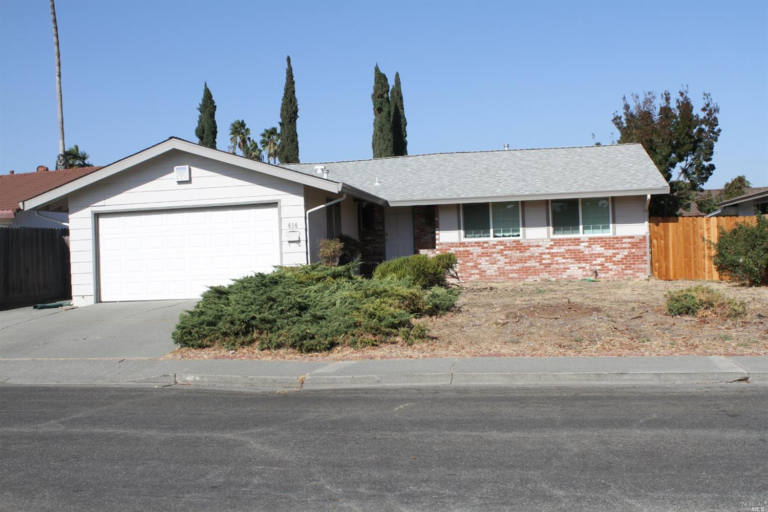 Were you looking for a 4/2 not too far from the freeway but not too close? Here it is! Roof was replaced 12 years ago. This home has tons of potential. Come check it out and imagine what you could turn this wonderful home into.