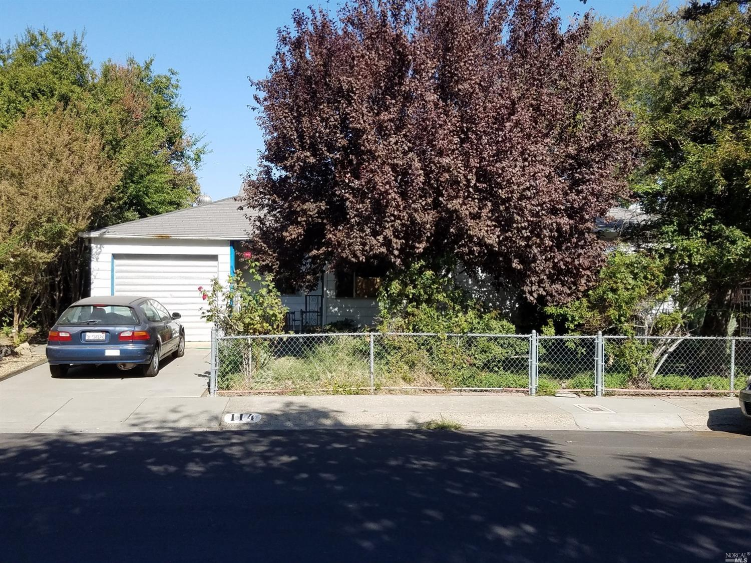 Adorable Downtown Vacaville home! This one story home is 3bed/1bath on a large lot. Beautiful backya