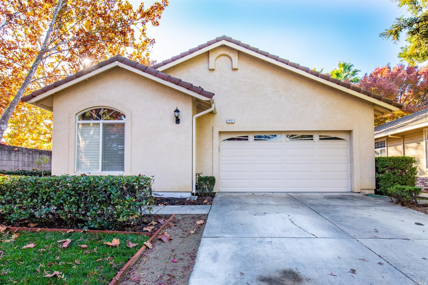 This beautiful, 2 bedroom/2 bath, single-story nestled in a court in North Vacaville is move-in read