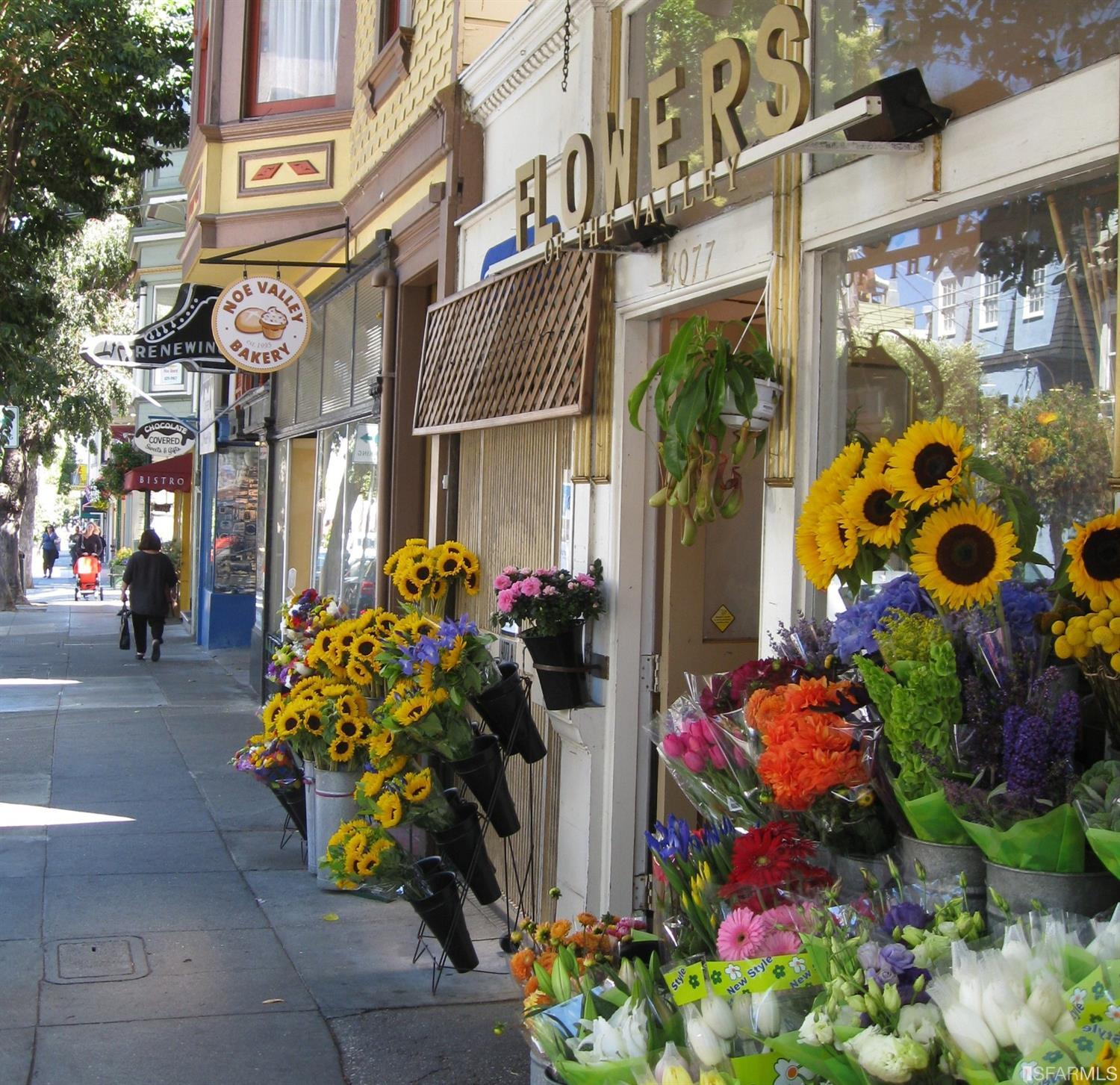Wander down to 24th Street with wonderful neighborhood stores, great bakeries, restaurants and parks. Fantastic location conveni